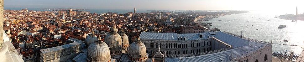 Панорама старог дела Венеције са Црквом св. Марка у прочељу