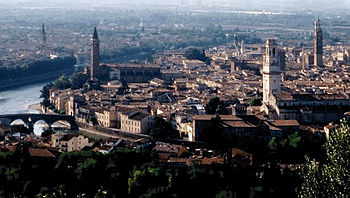 English: Old Town of Verona seen from the hill.