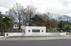 Monumento en el lado del puente de Staten Island