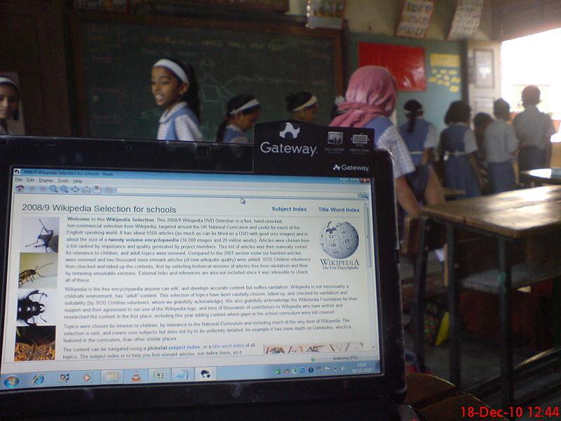 Датотека:Wikipedia for Schools netbook shot in classroom.jpg