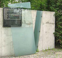 """Tablica pamiątkowa przy bramie wrocławskiej zajezdni autobusowej, w której powstała """"Solidarność"""" dolnośląska"""