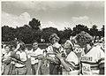 Zesde Haarlemse Softbalweek. Na een overwinning op Italië kust werpster Marjolein de Jong de gewonnen beker terwijl Petra Voogt, Madelon Metten en Ingeborg Cleeren toekijken. NL-HlmNHA 54031998.JPG