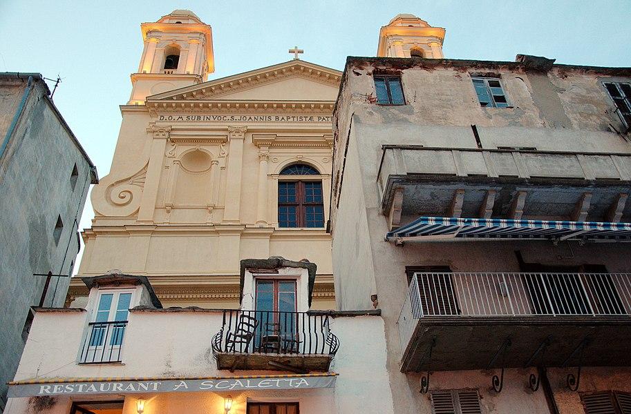 Обратите внимание на то, какими зданиями окружен один из главных соборов города. Это самый центр, старый порт. Экстровагантно и никаких большевистских происков.