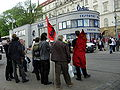 Členové Komunistického svazu mládeže diskutují s policií.jpg
