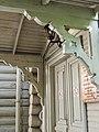 Дача Г.Г. Бертлинга Болотная 13. Главный вход в музей. Резные уголки.jpg