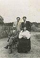 Михайло Бабидорич з батьками і братом Іваном, 1940 р.jpg
