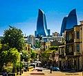 Старая часть города Баку на фоне современных небоскрёбов.jpg