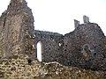 065 Castell de Montsoriu, pati d'armes, restes de la capella gòtica.jpg