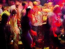 Persone che ballano ad un rave