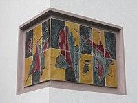 1170 Andergasse 10-12 - Ernest Bevin-Hof Stg 8 - Hauszeichen Eichenblätter von Heinz Satzinger 1958 IMG 4755.jpg