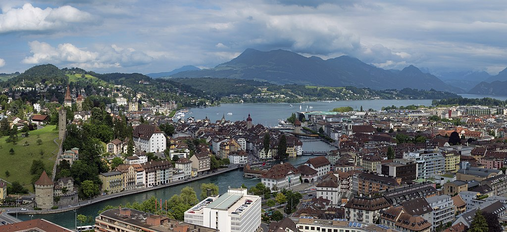 Blick auf die Altstadt von Luzern und den Vierwaldstättersee (Schweiz Rundfahrt Sehenswürdigkeit).  lucerne panorama 2012