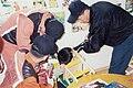 2002년 5월 24일 의자에 목이 끼인 어린이를 서울특별시 소방공무원들이 구조하는 장면.jpg
