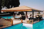 Bar e piscina di un villaggio turistico a Luxor, 2002