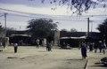ASC Leiden - van Achterberg Collection - 02 - 47 - Une rue du marché avec des poteaux électriques et des câbles - Agadez, Niger - 27 décembre 1996 - 11 janvier 1997.tif