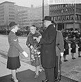 Afscheid burgemeester Van Walsum van Rotterdam, bloemen aanbieden door agente me, Bestanddeelnr 917-4644.jpg