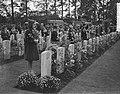 Airborne herdenking, Oosterbeek, kinderen leggen bloemen, Bestanddeelnr 907-3319.jpg