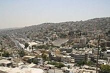 Teatro romano en el centro de Amman y las colinas.