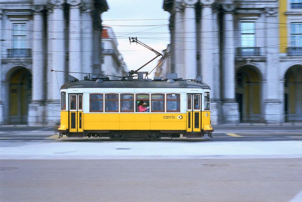 Amarelo da Carris, tranv%C3%ADa 572 de Lisboa, de la compa%C3%B1%C3%ADa Carris, en la Pra%C3%A7a do Com%C3%A9rcio, barrido fotogr%C3%A1fico, Portugal