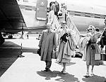 Audrey Hepburn vor einer Douglas DC-7C.jpg