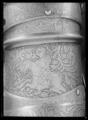 Axelstycke - armskenor med buckla, vänster - Livrustkammaren - 27643.tif