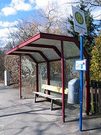 Berkefeldweg Bushaltestelle mit gläsernem, Graffiti -verschmiertem Wartehaus, Mülleimer und Sitzbank in der Wittinger Straße in Celle.jpg