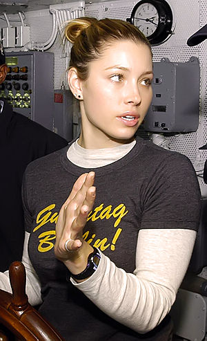 English: Actress Jessica Biel receives instruc...