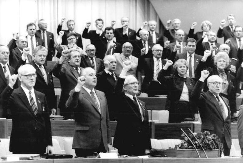 File:Bundesarchiv Bild 183-1986-0422-301, Berlin, XI. SED-Parteitag, Präsidium.jpg