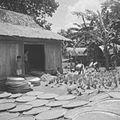 COLLECTIE TROPENMUSEUM Binnenplaats met schuur zeven geoogste rijst en ossenkarren TMnr 10028467.jpg