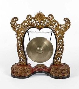 COLLECTIE TROPENMUSEUM Gong hangend in een standaard onderdeel van gamelan Semar Pagulingan TMnr 1340-13.jpg