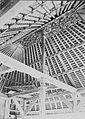 COLLECTIE TROPENMUSEUM Houtsnijwerk op het plafond en de palen van een gebouw op Bali TMnr 60049025.jpg