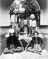 COLLECTIE TROPENMUSEUM Portret van de vorst van Lombok met zijn zonen en kleinzonen vermoedelijk in gevangenschap te Batavia TMnr 10018779.jpg