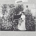 COLLECTIE TROPENMUSEUM Portret van een pianiste tussen de bloemstukken na afloop van een concert in Sociëteit Concordia TMnr 60039078.jpg