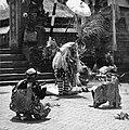 COLLECTIE TROPENMUSEUM Scene uit een Barong- en Krisdans in het voorhof van de dorpstempel TMnr 20000299.jpg
