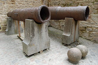 Cow Tower, Norwich - Examples of English bombards and stone cannonballs from the early 15th century