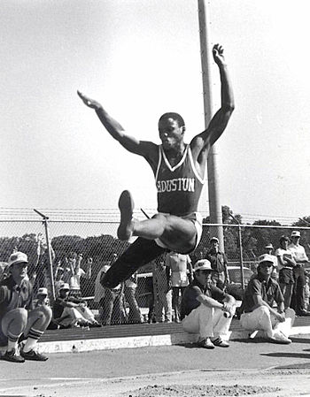 English: Carl Lewis in midair during a long ju...