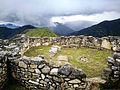 Cases rodones de Kuelap amb el paisatge al fons07.jpg