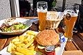 Chevre chaud, burger, pommes frites og hvedeøl (4540432313).jpg