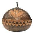 Collectie Nationaal Museum van Wereldculturen RV-472-18b Doos met deksel Aruba.jpg