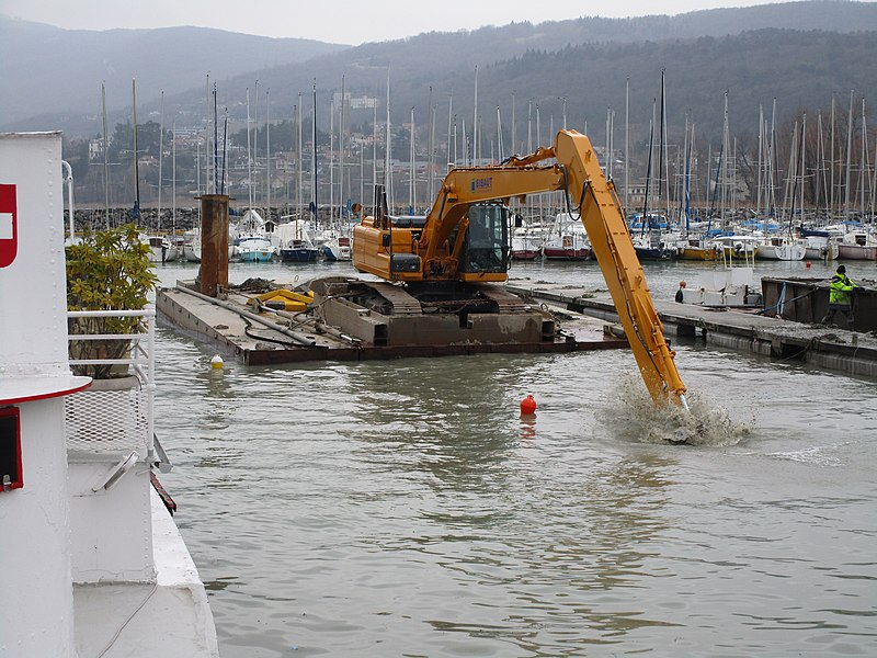 The cleaning of the Grand Port of Aix-les-Bains on February 18, 2015.