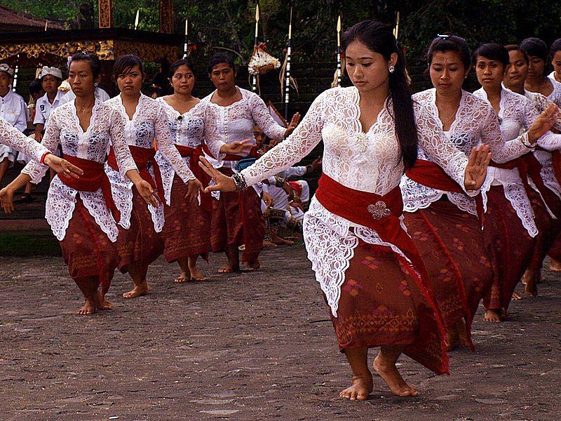 File:Dance in Pura Tirta Empul, Bali.JPG