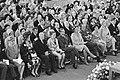 De kerkgangers, waaronder de Koninklijke gasten en de heer en mw Van Vollenhoven, Bestanddeelnr 921-6666.jpg