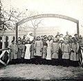 De kinderen van de Ecole Charles-Théodore poseren bij de schoolpoort.jpg