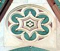 Duomo di firenze, medaglioni intarsiati in marmi nei timpani delle finestre sui fianchi 19,2.jpg