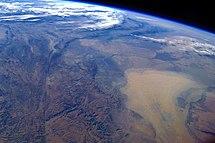 Op het west gerichte ruimtefoto, genomen vanuit het International Space Station, brede strook van Centraal-Azië