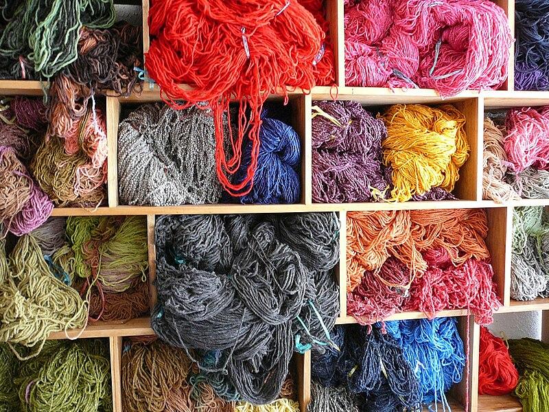 Archivo:Dyed wool - Salinas.jpg