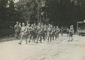 Een spontaan samengestelde groep Nederlandse militairen onderweg tijdens een Vie – F42505 – KNBLO.jpg