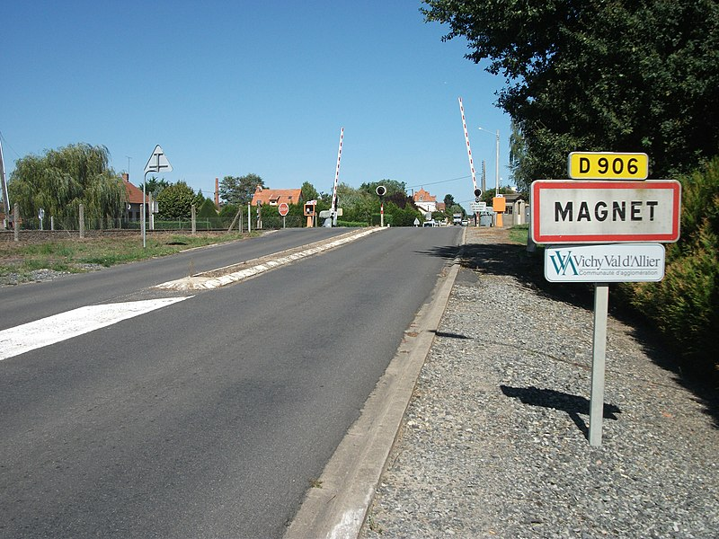 Entrance of Magnet, Allier, by departmental road 906, from the south [8870]