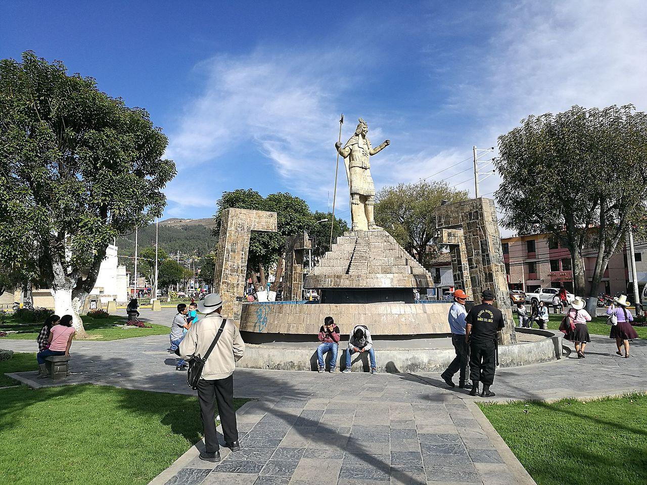 Banos Del.File Estatua D Atahualpa A La Placa De Los Banos Del Inca