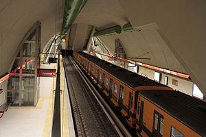 Echeverría (Buenos Aires Underground) - Image: Estación Echeverría Subte B, vista al anden desde arriba