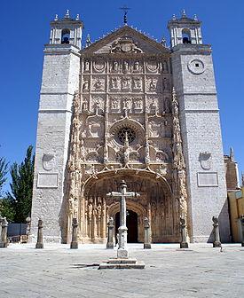 Un alto edificio in pietra, sormontato da una croce.